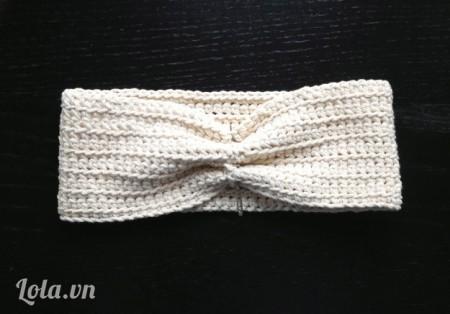 Dùng kim khâu len khâu kín 2 đầu mảnh len vừa móc vào với nhau