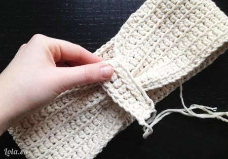 Đặt mảnh len ở bước 2 lên chỗ vừa khâu