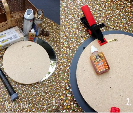 Đo đạc kích thước của miếng gỗ ép và gương tròn, sau đó dán gương và gỗ ép lại với nhau. Tiếp tục dùng kiềm kẹp gỗ, kẹp chúng lại với nhau để keo được dính chắc.