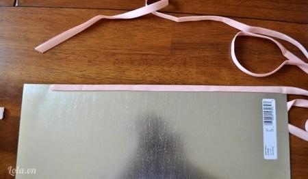 Cắt vải ra thành những mảnh dài rồi gấp đôi lại bọc lại mặt trên dưới của tấm bìa