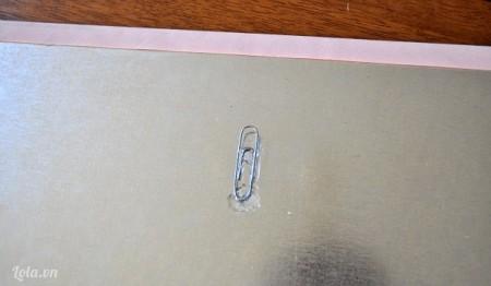 Dán lên trên tấm bìa một ghim kẹp và đợi keo khô