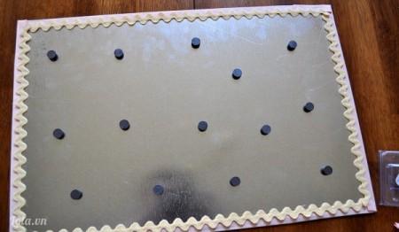 Cuối cùng bạn chỉ cần dán các miếng nam châm lên trên tấm ghim kẹp nữa là xong