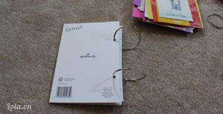 Đóng 2 lỗ lên mỗi tờ giấy theo thứ tự bạn sắp xếp. Đóng các tờ giấy lại với nhau bằng khuyên tròn