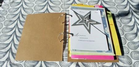 Cuối cùng bạn trang trí bìa sách bằng giấy màu hay giấy bìa cứng tùy theo bạn. Bạn đã có một quyển cardbook xinh đẹp rồi đấy
