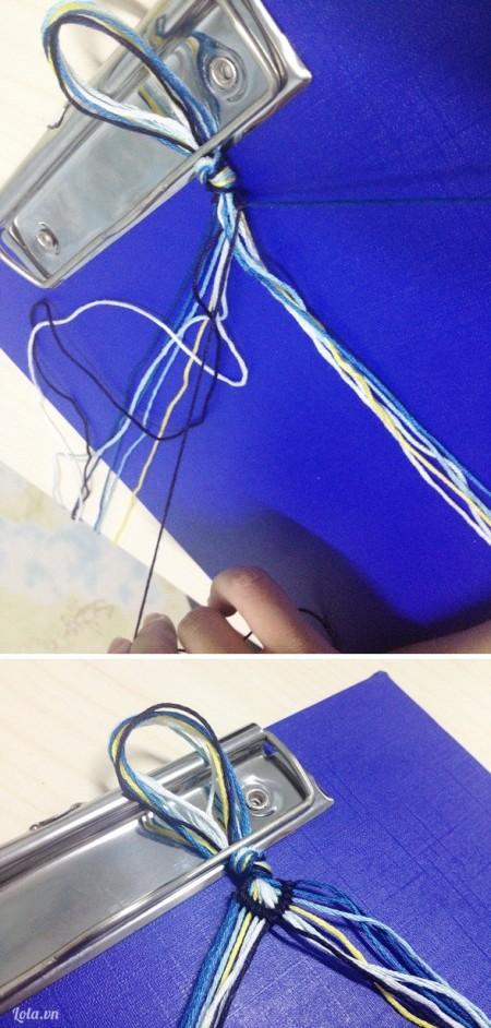Thực hiện tương tự các nút thắt cho túm chỉ bên phải. Tuy nhiên, lần này bạn phải đan từ phía bên phải sang trái, có nghĩa là dùng tay phải giữ 1 màu chỉ, tay trái đan.