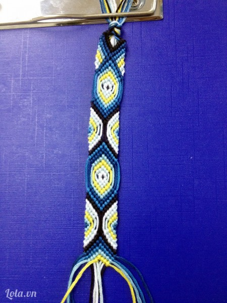 Bạn cứ đan như vậy xuống dưới để có đc pattern như trong hình. Bạn đan theo chiều dài mong muốn, sau đó tết lại như tóc bím rồi thắt nút ở đoạn cuối.