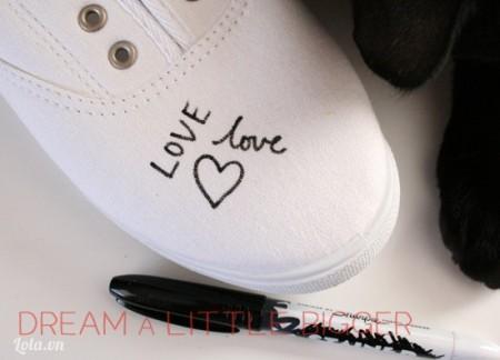 Lần lượt dùng bút màu đen vẽ lên đôi giày những họa tiết như hình