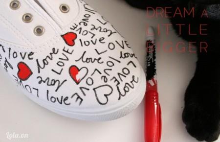 Tô chúng bằng bút màu đỏ, cứ như vậy cho đến hết đôi giày xung quanh của mình.