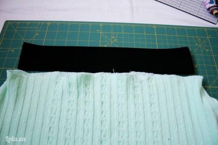 Cắt hai ống tay áo của chiếc áo và cắt lên phần cao có thể như hình.