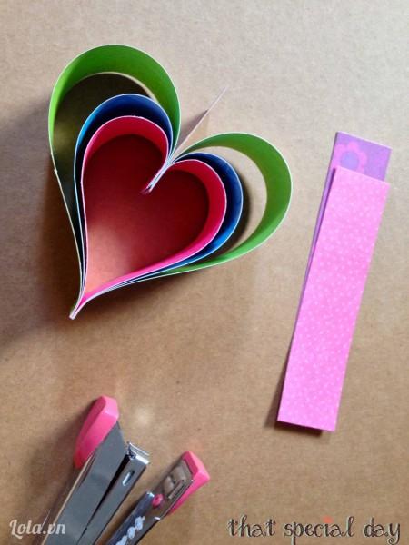 Ghép các đoạn giấy lại với nhau như hình sau đó dùng đồ bấm bấm cố địng lại.