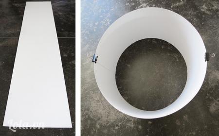 Bạn quấn tấm bìa lại thành hình tròn và dùng kẹp cố định nó lại . Lưu ý bán kích của vòng tròn phải bằng với chiều dài của 4 thanh gỗ nhé