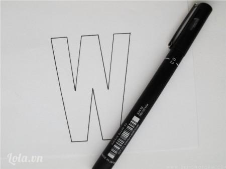 Đầu tiên bạn vẽ hình mình thích lên tờ giấy trắng, ở đây tôi chọn vẽ chữ W