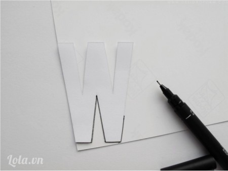 Cắt hình vừa vẽ ra , lật ngược lại và dán lên miếng dán trang trí ngói và cắt ra