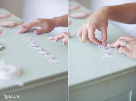 Lần lượt dán băng keo lên những miếng giấy đã được bấm như hình
