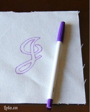 Vẽ chữ ký lên trên vải