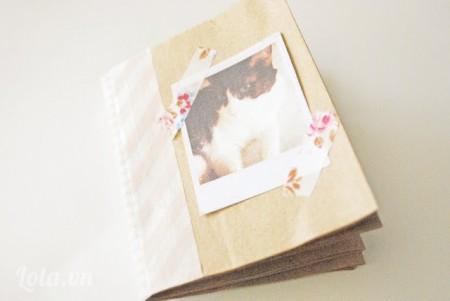 Trang trí bằng giấy màu hoặc hình ảnh cho quyển sổ thêm xinh động nhé.