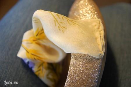 Dùng kim chỉ khâu khăn lên giầy ở mép giày như thế này