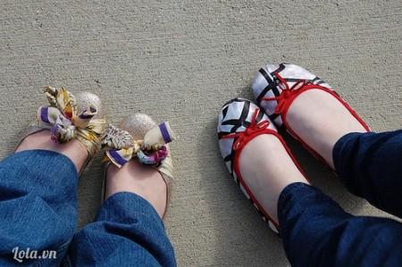 Bạn cũng có thể làm nơ đỏ cho chiếc giầy đỏ kế bên như thế nữa. Tự tin xuống phố nào