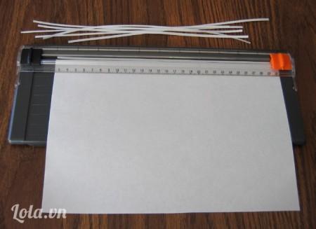 dùng bàn cắt cắt giấy thành các dải dài