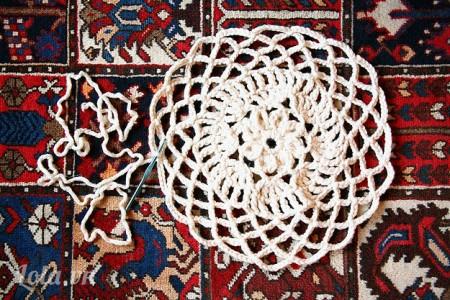 Dùng móc len đan hình hoa văn cho bùa như hình, nếu bạn không thể đan được như hình bạn có thể ra chợ Đại Quang Minh để mua vải ren với kích thước lớn về để cắt phần hoa văn lên và trang trí