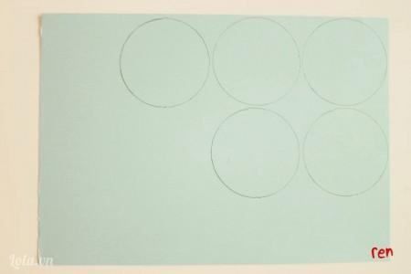 Vẽ hình tròn lên giấy cứng