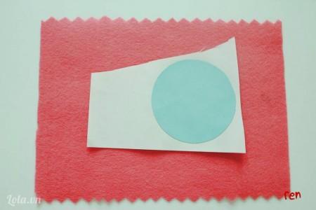 dán hình tròn vừa cắt lên giấy màu