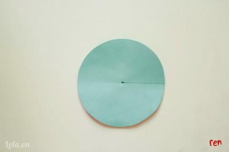vẽ một đường thẳng từ tâm tới cạnh hình tròn