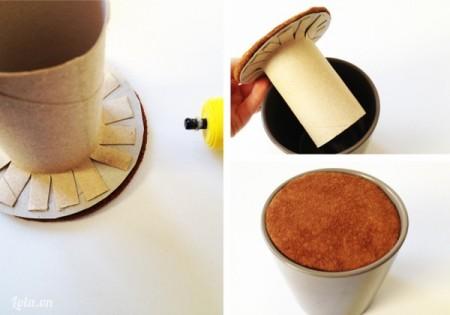 Dán hình tròn thứ nhất có lõi giấy lên mặt trái của hình tròn thứ hai vừa dán bọc vải, đặt lõi giấy bên trong chiếc chậu làm đất.