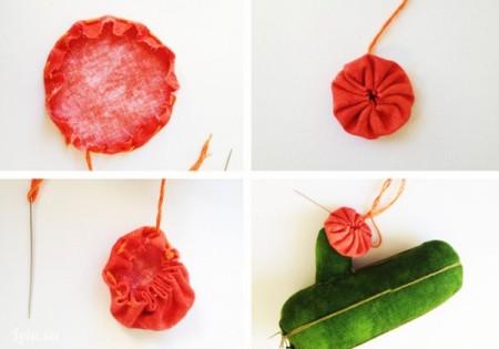 Cắt tấm vải đỏ thành hình tròn nhỏ, gấp viền mép 0,5cm xung quanh hình tròn vào trong , khâu đường chỉ lược, kéo sợi chỉ cho vải rùn lại vào tâm của hình tròn tạo thành hình bông hoa. Khâu bông hoa đỏ trên nhánh xương rồng nhỏ của cây xương rồng lớn.