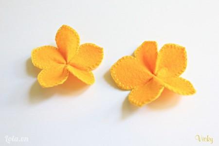 Rút nhẹ sợi chỉ để tạo độ nhúng cho các cánh hoa nè.