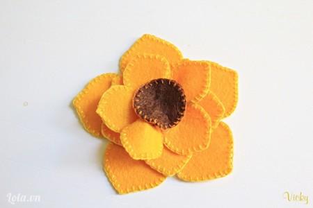 May luôn phần nhụy hoa màu nâu vào chính giữa.