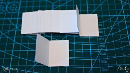 Gấp đôi các mảnh giấy lại.