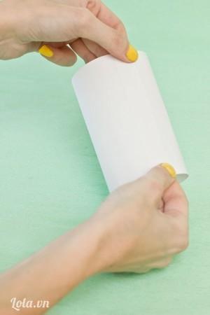 Cắt giấy ra làm đôi rồi dán dính vào nhau