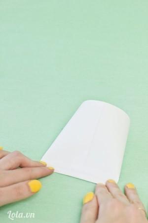 Dán tiếp một bên giấy lại nữa giống như một cái bì thư