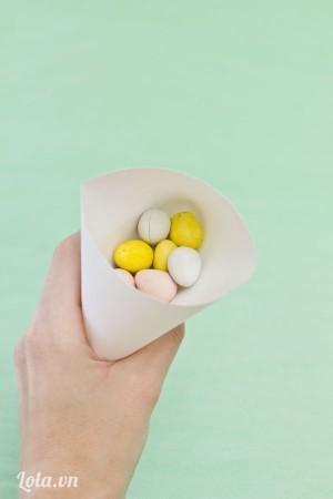Cho ít kẹo vào bên trong