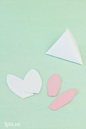 Cắt giấy màu và giấy trắng thành hình tai thỏ kích cỡ lớn nhỏ khác nhau