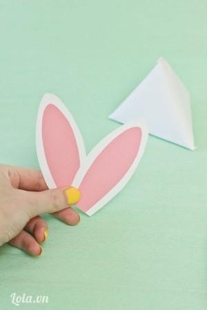 Dán 2 giấy vào nhau tạo thành hình tai thỏ
