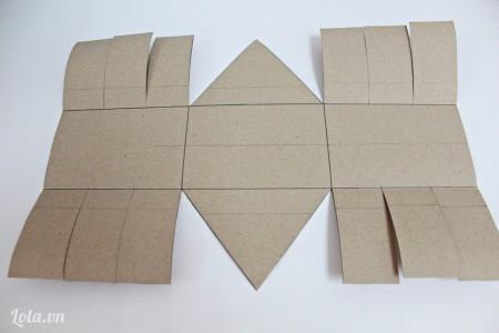 Cắt giấy theo hình đã kẻ, chia hình chữ nhật ở 4 cạnh thành 3 phần như mẫu nha các bạn.