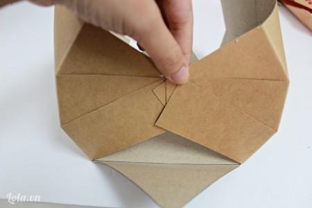 Kéo đầu giấy của các mảnh ở 2 bên vào chính giữa rồi dùng keo dán chặt lại với nhau.
