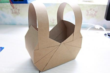 Thực hiện tương tự cho mặt còn lại của chiếc túi xách. Sau đó cắt 2 mảnh giấy dài dán vào làm quai túi nhé.