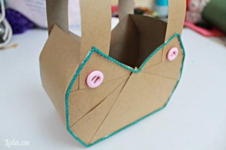 Các bạn dán cút áo vào cả 2 mặt để trang trí cho chiếc túi nha.