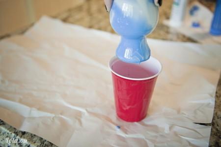 nghiêng chai qua trái phải để các màu trộn vào nhau. Làm cho đến khi màu phủ đầy chai