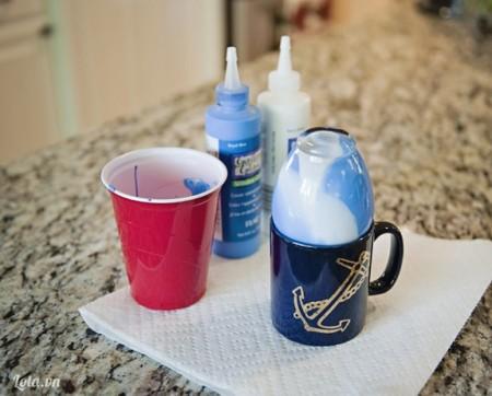 úp chai vào ly để cho màu chạy xuống hết