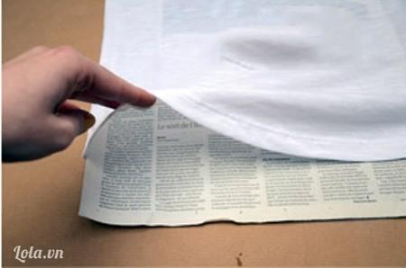 Lót giấy báo vào mặt sau của áo