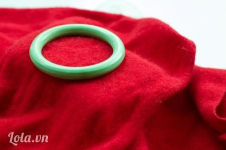 Đặt vòng tròn lên trên áo len.
