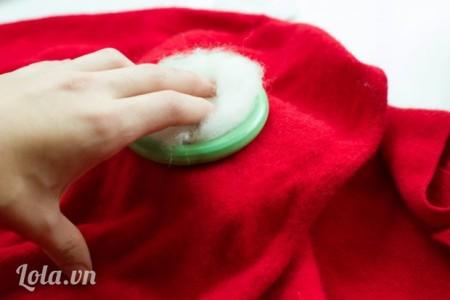 Lấy 1 ít len cho vào bên trong vòng tròn.