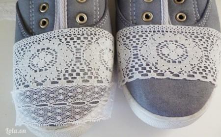 Dùng vải ren dán lên lên lân lượt ở đầu mũi giày