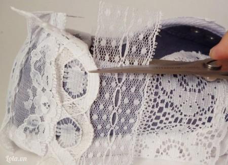Tiếp đến là dán ở xung quanh  mép giày và bên hông, nhớ cắt các miếng vải thừa xung quanh sau khi bạn dán xong