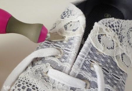 Sau khi bọc xong ở phía trước mặt giày , bạn nhớ dùng dao để đục các lỗ giày nhé