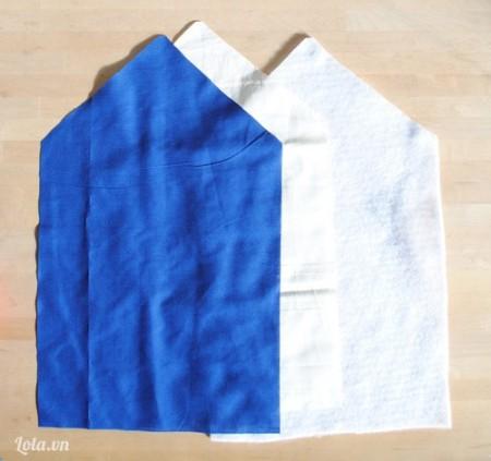 Bạn chuẩn bị hai mảnh vải trắng và xanh có hình dạng tam giác giống như hình. Kích thước tùy bạn lựa chọn và yêu thích